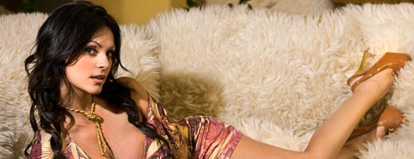 La exuberante modelo Denise Milani fue portada de la revista FHM